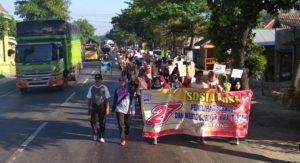 Penyelenggara Pilgub Jawa Tengah di Kecamatan Sarang bersama masyarakat turun ke jalan, untuk menyosialisasikan Pilkada Jawa Tengah, Minggu (06/05).