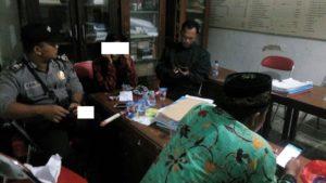 Tersangka pelaku berinisial AP diamankan. (gambar atas) Situasi Balai Desa Ngulahan Kecamatan Sedan dipenuhi massa, Kamis malam.