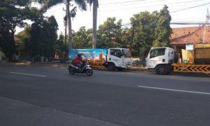 Dua unit truk baru pengangkut sampah terparkir di depan Kantor Dinas Lingkungan Hidup Kabupaten Rembang.