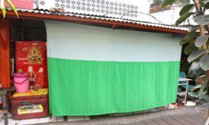 Bagian depan warung dipasangi tirai penutup selama bulan Ramadhan. (inilah.com).