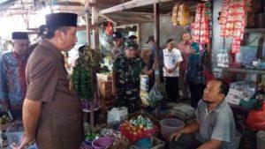 Bupati Rembang, Abdul Hafidz menggelar pantauan harga kebutuhan pokok di Pasar Rembang, Sabtu pagi (09/06).