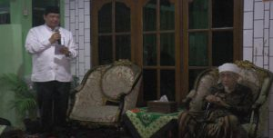 Ketua Umum Partai Golkar, Airlangga Hartarto saat bersilaturahmi ke kediaman Kiai Maimoen Zubair, Senin sore (04/06).