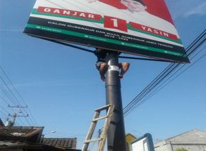 Penertiban alat peraga kampanye (APK) pasangan calon Gubernur dan Wakil Gubernur Jawa Tengah di Kabupaten Rembang, Minggu (24/06).