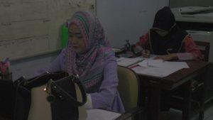 Kesibukan ASN Pemkab Rembang. (gambar atas) Bupati Rembang, Abdul Hafidz menunjukkan data rincian anggaran untuk THR dan gaji 13 aparatur sipil negara, Kamis (07/06).