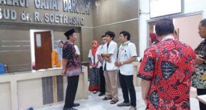 Bupati Rembang, Abdul Hafidz ketika berada di ruang IGD rumah sakit dr. R. Soetrasno Rembang, Kamis pagi (21/06).