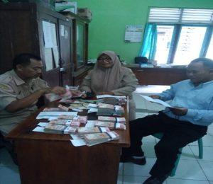 Pihak Sekretariat PPK Kecamatan Sumber, mencairkan dana pelaksanaan Pilkada Jawa Tengah.