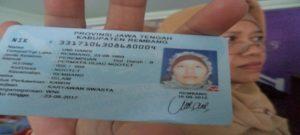 Warga di Rembang menunjukkan e-KTP miliknya. Musim libur Lebaran biasa dimanfaatkan untuk mengurus e-KTP.