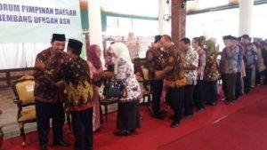 Suasana halal bihalal di Pendopo Museum Kartini Rembang, Kamis pagi. Tampak Bupati, Wakil Bupati dan Forkopimda menyalami para ASN.