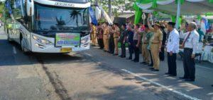Suasana pemberangkatan jemaah calon haji dari Kabupaten Rembang, tahun lalu.
