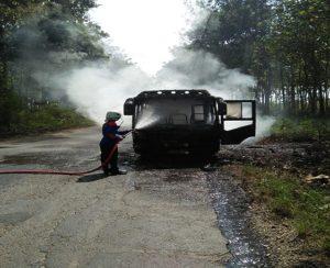 Petugas Damkar memadamkan api yang melalap bus mini di jalur Desa Sumbermulyo, Kecamatan Sale, Selasa (12/06).