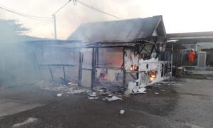 Kebakaran melalap warung di Pelabuhan Tasikagung, Rembang, Senin sore.