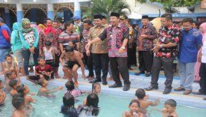 Bupati Rembang, Abdul Hafidz saat mendatangi kolam renang Putri Duyung di dalam area TRP Kartini, Jum'at pagi.