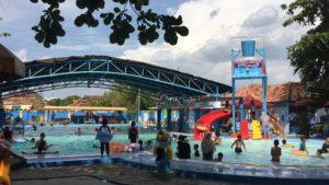 Keramaian di kolam renang Putri Duyung Taman Kartini Rembang.