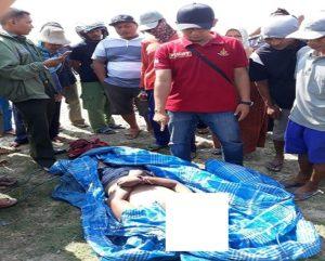Korban yang ditemukan terapung di Pantai Dusun Pendok, setelah dievakuasi nelayan, Sabtu pagi (09/06).