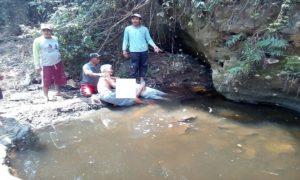Korban tersengat arus listrik tergeletak di pinggir sungai Desa Warugunung, Kecamatan Pancur, Minggu siang.