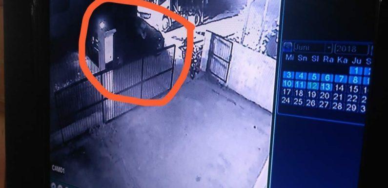 Mobil Honda Jazz Digasak, Aksi Pelaku Terekam CCTV