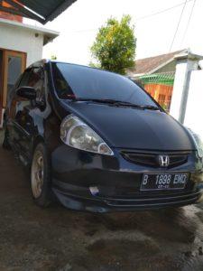 Mobil Honda Jazz sebelum dicuri. (gambar atas) Detik – detik mobil dibawa kabur pelaku terekam kamera CCTV.