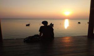 Asyiknya menunggu waktu berbuka puasa di pingggir Pantai Binangun Indah, Lasem.