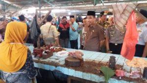 Bupati Rembang, Abdul Hafidz saat berada di Pasar Rembang, belum lama ini.