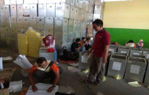 Pengepakan surat suara Pilkada Jawa Tengah di gudang KPU Kabupaten Rembang.