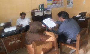 Salah satu tersangka menjalani pemeriksaan di Polsek Lasem, dengan didampingi penasehat hukum, Darmawan Budiharto.