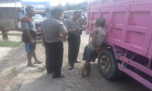 Anggota Polsek Pamotan memeriksa saksi di dekat dump truk, Senin siang.