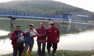Aksi pegiat lingkungan di Waduk Panohan, Kecamatan Gunem, Selasa sore (19/06).