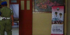 """Banner """"Rembang Siap Menuju Opini WTP"""" terpampang di lorong masuk menuju ruang kerja Bupati Rembang."""