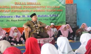 Bupati Rembang, Abdul Hafidz saat berada di depan kalangan guru se Kecamatan Sumber, Rabu.
