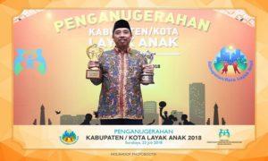 Bupati Rembang, Abdul Hafidz membawa dua piala penghargaan Kabupaten Layak Anak dan kabupaten terbaik dalam pencegahan pernikahan anak usia dini.