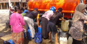 Droping air bersih di desa yang mengalami bencana kekeringan, beberapa waktu lalu.
