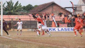 Pemain PSIR Rembang, Efendi saat mencetak gol dan merayakannya bersama pemain lain, Kamis sore (19/07).