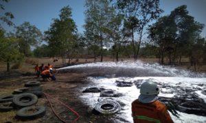Pemadaman api di lahan GOR Mbesi, Jum'at siang.