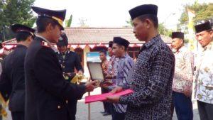Kapolres Rembang, AKBP Pungky Bhuana Santosa menyerahkan penghargaan kepada masyarakat yang berjasa membantu kerja polisi, Rabu pagi (11/07).