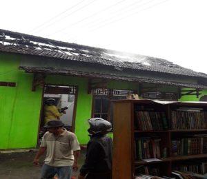 Petugas Pemadam Kebakaran Pemkab Rembang memadamkan api saat kebakaran di Dusun Bagel, Selasa pagi (17/07).