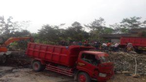 Pembersihan puing – puing pasca kebakaran. (gambar atas) Api berkobar menghanguskan rumah warga di Dusun Picis, Desa Dowan, Kecamatan Gunem, Selasa siang.