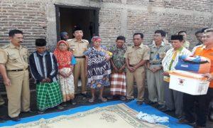 Bupati Rembang, Abdul Hafidz berada di tengah – tengah korban kebakaran Desa Kasreman, Senin pagi.