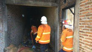 Kebakaran rumah dan mobil di wilayah Kecamatan Kragan, Minggu siang.