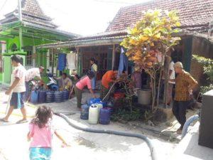 Warga menunggu kiriman bantuan air bersih dari Pemkab Rembang.