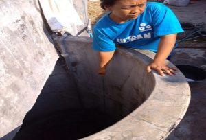 Warga Desa Sumurpule, Kecamatan Kragan mulai mengungsi mengambil air ke desa lain.