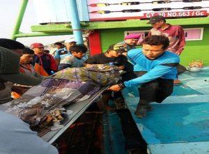 Korban nelayan yang tewas dievakuasi dari atas kapal, Selasa pagi.