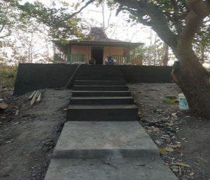 Makam Guling Wesi di puncak perbukitan Mentoro, Desa Sendangcoyo, Kecamatan Lasem. Saat ini akses jalannya sudah ditata bagus.