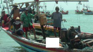 Mayat korban di atas perahu nelayan Desa Pangkalan, Kecamatan Sluke, Sabtu siang.