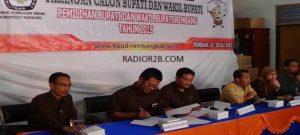Muhammad Adib Ulin Nuha (berkaca mata dua dari kiri), saat masih menjadi komisioner KPU Kabupaten Rembang. Ia mundur dari kursi komisioner KPU.