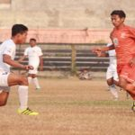 Pemain PSIR Rembang, Effendi menggiring bola, dengan latar belakang tempat duduk penonton sangat sepi.