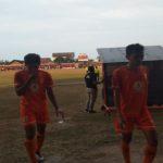 Pemain PSIR Rembang berjalan keluar lapangan, ketika jeda pertandingan di Stadion Krida Rembang, belum lama ini.