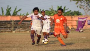 Pemain PSIR Rembang (orange), menggiring bola saat menjamu tim Persita Tangerang, Minggu sore.