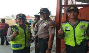 Wakapolres Rembang, Kompol Sumaryono (tengah) dan Kabag Operasional Polres, Kompol Yohan Setiajid (kanan) saat mengamankan jalannya pertandingan Liga 2 di Stadion Krida Rembang, belum lama ini.