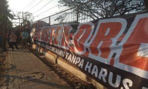 Suporter PSIR Rembang memasang spanduk dukungan terhadap PSIR di depan Stadion Krida, belum lama ini.