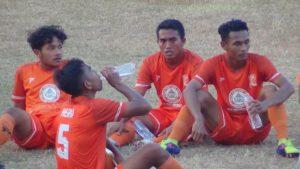 Para pemain PSIR Rembang duduk di tengah lapangan, usai laga menjamu Persis Solo, Rabu sore (25/07).